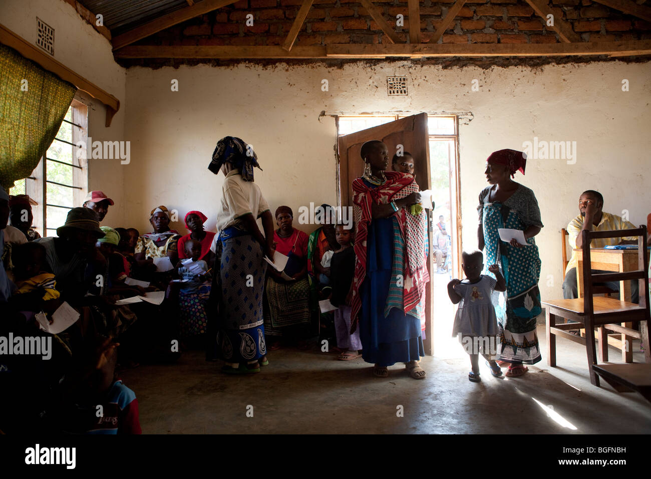 Patients wait to be seen by a doctor at a medical dispensary in Tanzania: Manyara Region, Simanjiro District, Kilombero - Stock Image