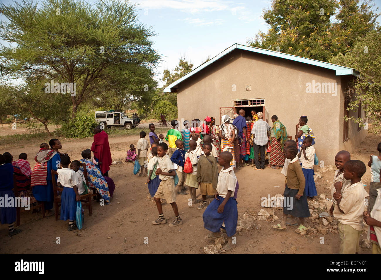 A crowd forms at a medical dispensary in Tanzania: Manyara Region, Simanjiro District, Kilombero Village. - Stock Image