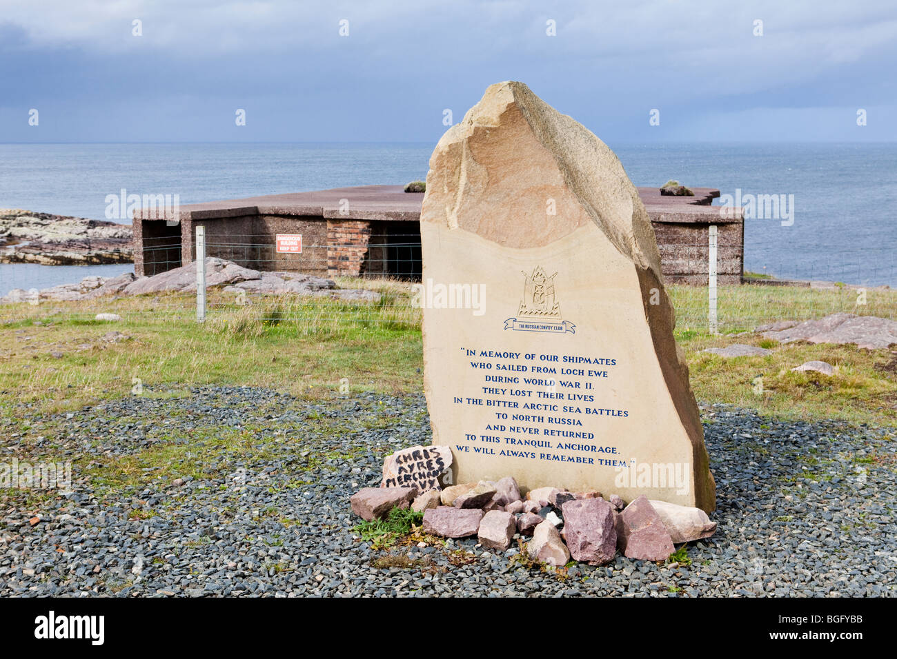Memorial stone on the banks of Loch Ewe to members of the Russian Convoy Club at Rubha nan Sasan, N of Cove, Highland, - Stock Image