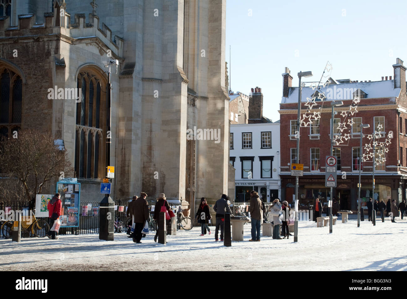 People in the winter snow in front of Great St Marys Church, Kings Parade, Cambridge, UK - Stock Image
