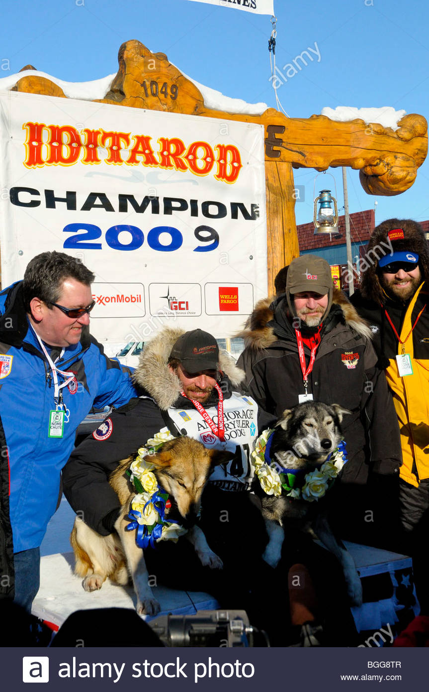 Lance Mackey sits with his lead dogs just after winning Iditarod race, Nome, Alaska, March 18, 2009 - Stock Image