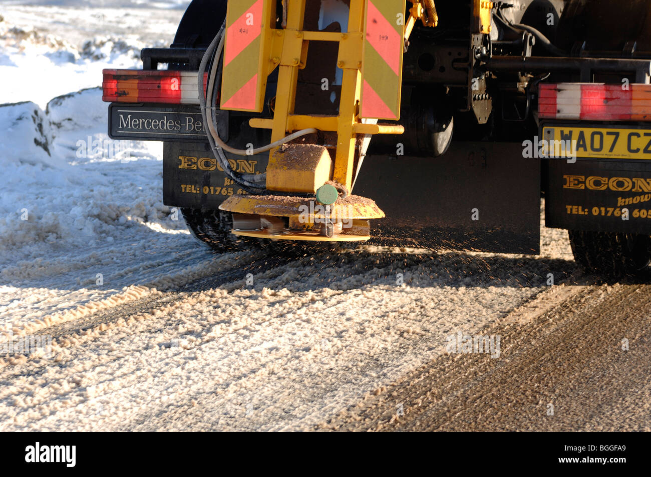 Gritting lorry spreading grit on Dartmoor Devon at Haytor - Stock Image