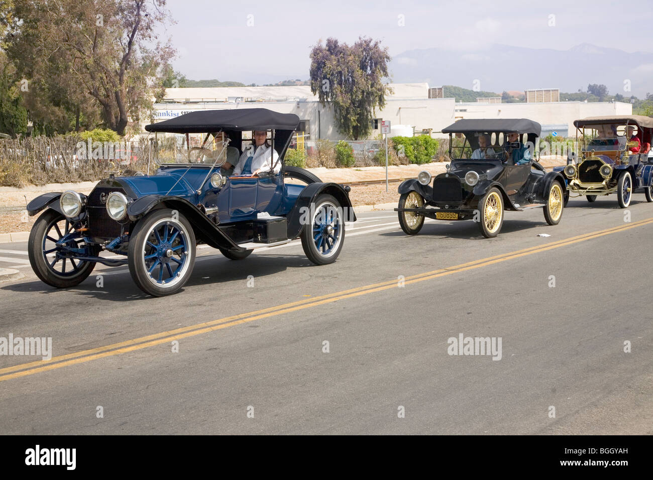 Antique cars and people in old-fashioned clothing in Santa Paula, CA ...