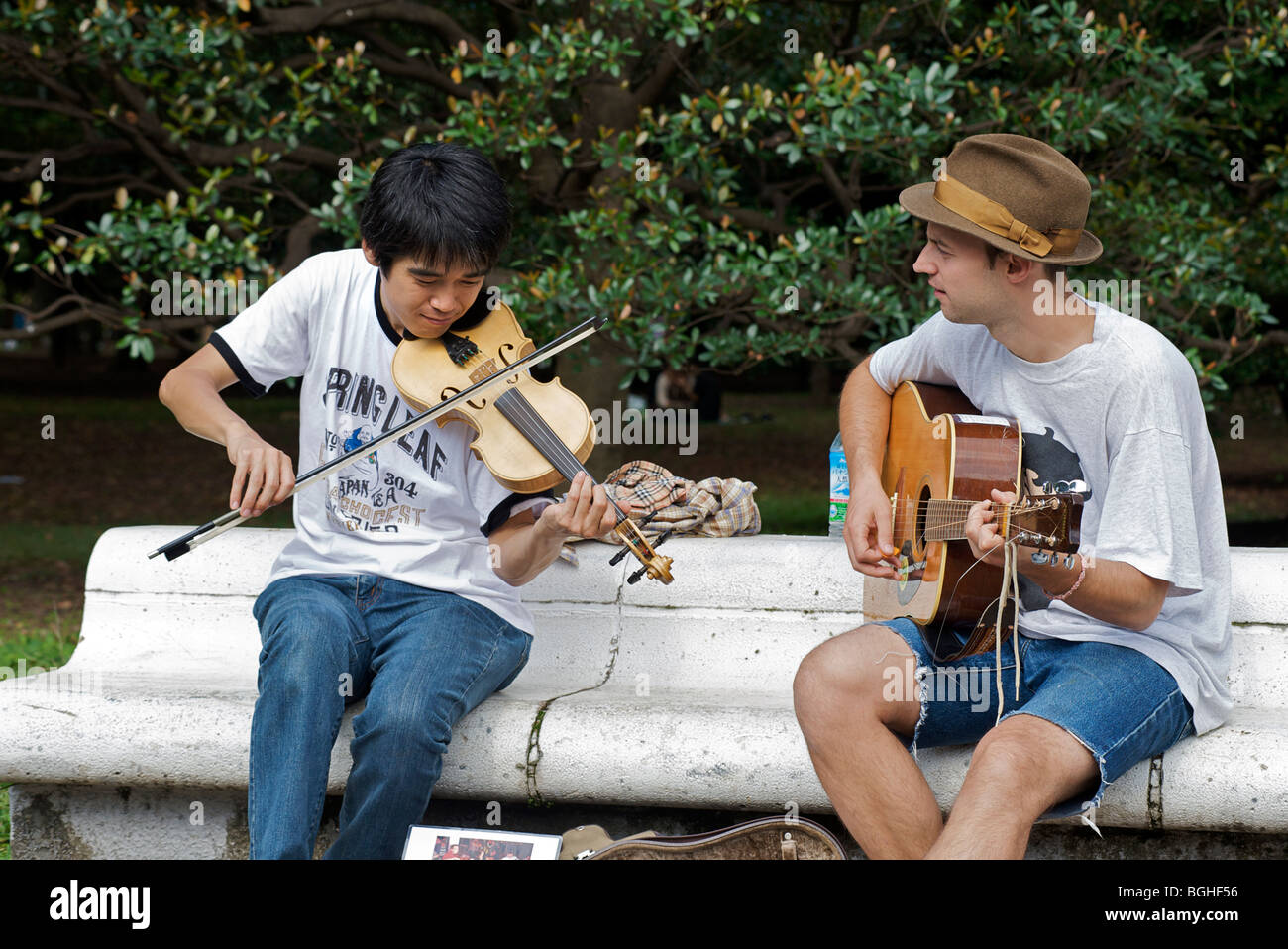 Young musicians playing in Yoyogi Park, Saturday afternoon. Harajuku, Tokyo, Japan - Stock Image