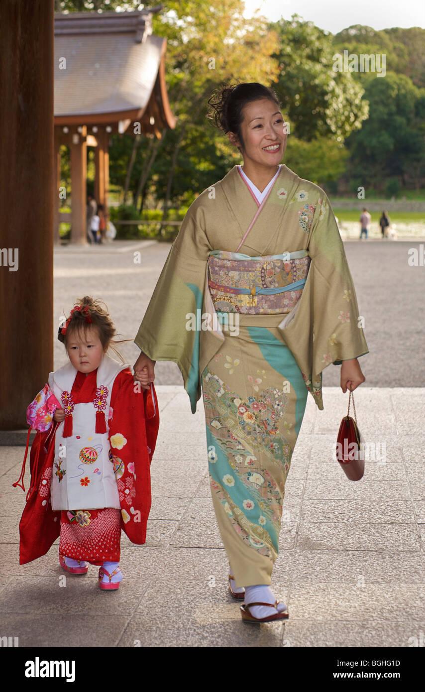 Japanese mother and daughter. Kashihara shrine, Nara prefecture, Japan. Girls ceremony - Stock Image