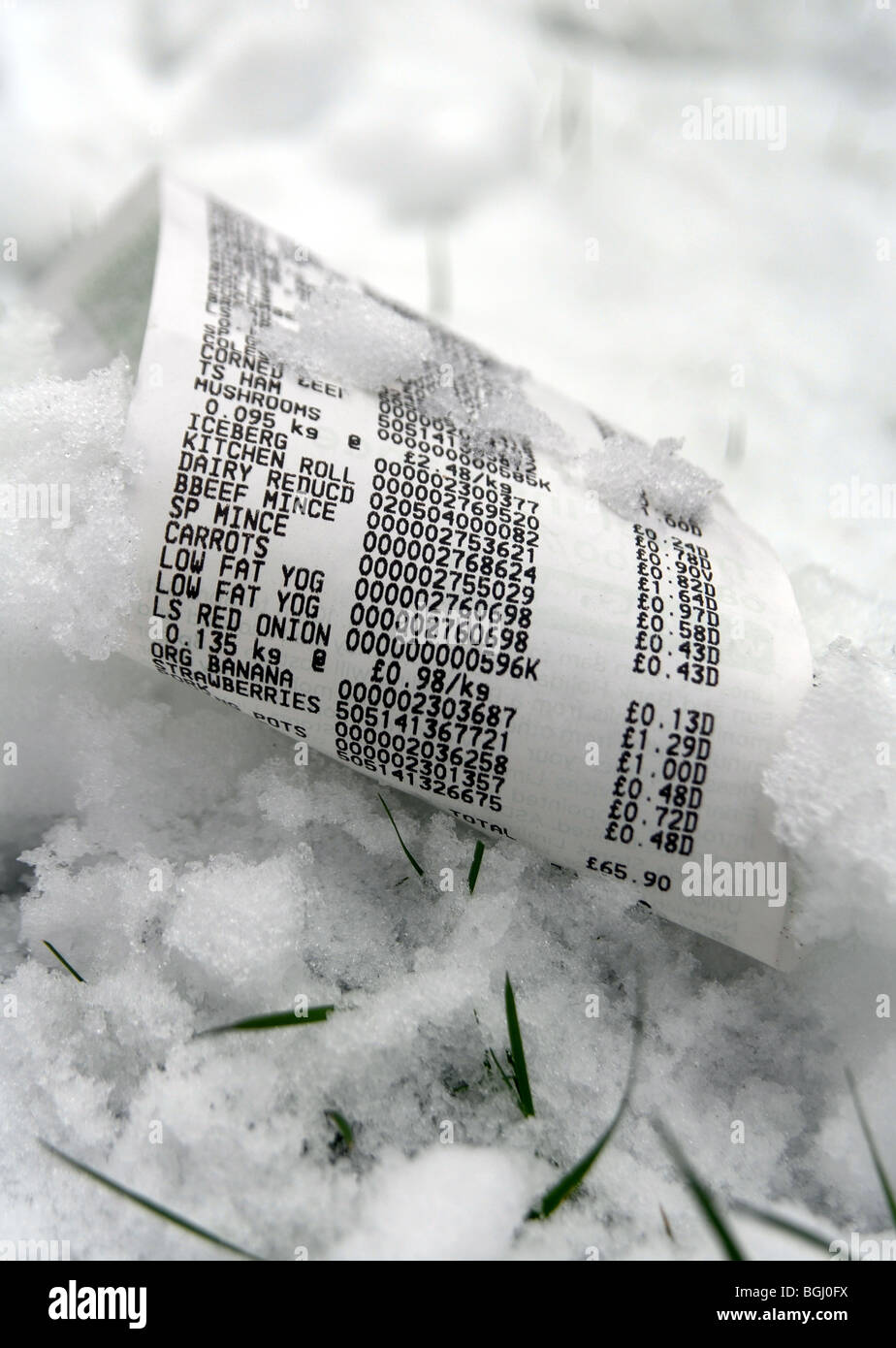 BRITISH SUPERMARKET FOOD BILL / RECEIPT IN SNOWY CONDITIONS RE RISING FOOD COSTS IN BAD WEATHER WINTER,UK - Stock Image