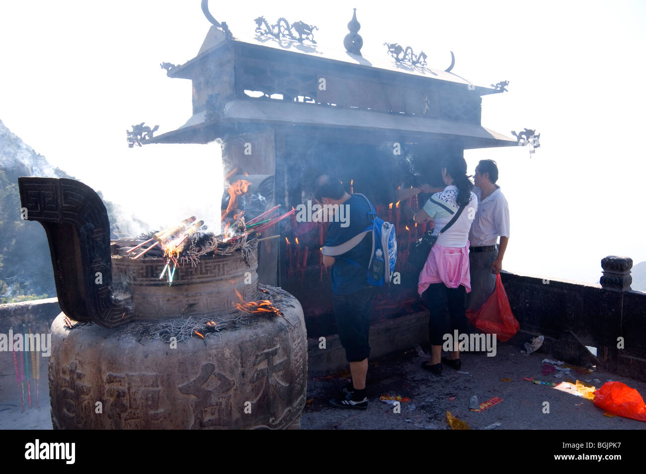 Worshipers burning incense at Tiantai Temple, or Ksitigarbha Buddhist Temple. Jiuhua Shan, Anhui province, China. - Stock Image