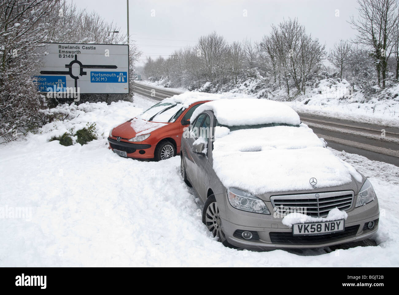 Abandonded vehicles at junction leading to A3 during Major snow fall A3 area of hampshire january 2010 - Stock Image