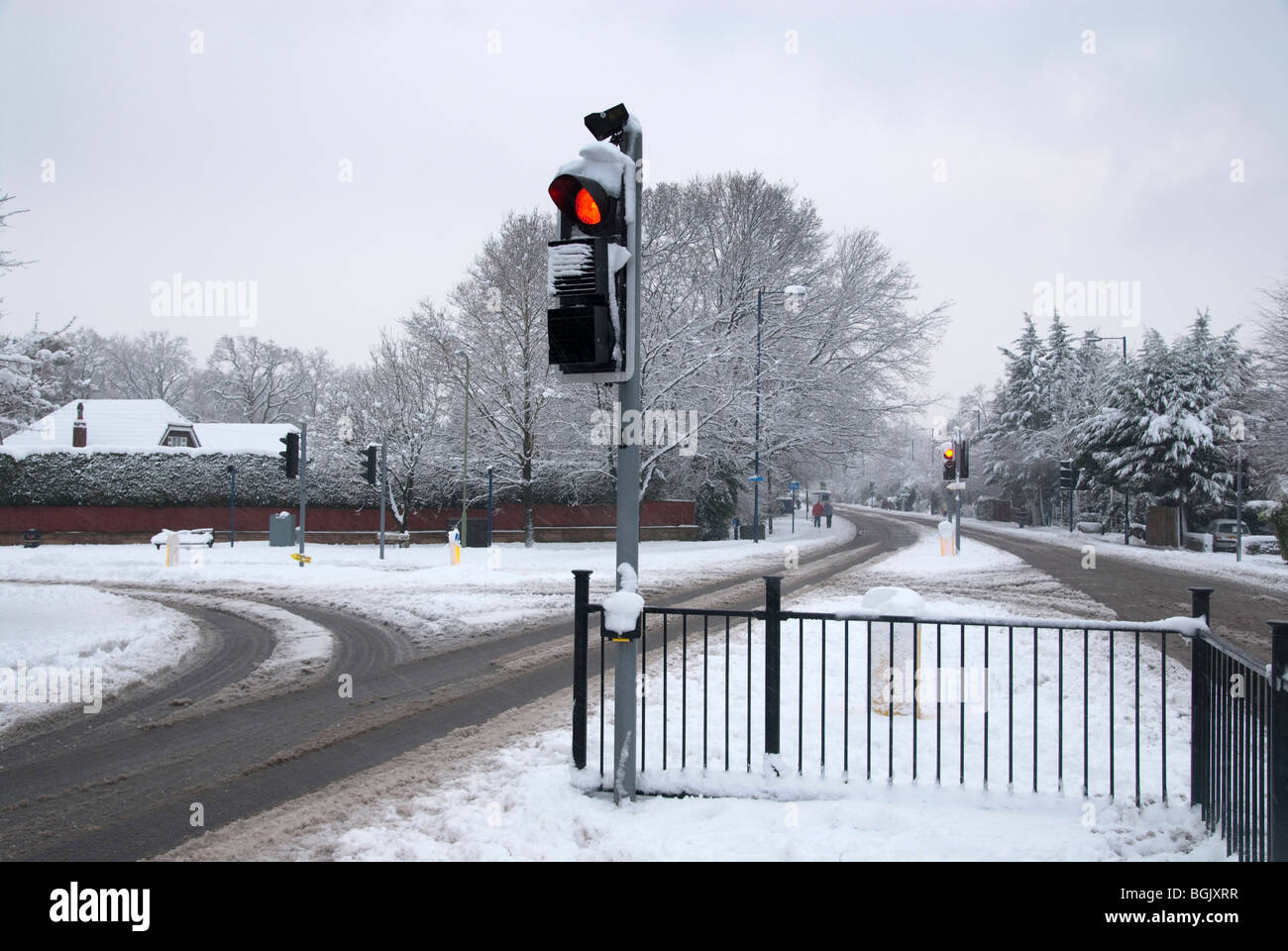 traffic lights in snow on read with no traffic. Major snow fall A3 area of hampshire january 2010 - Stock Image