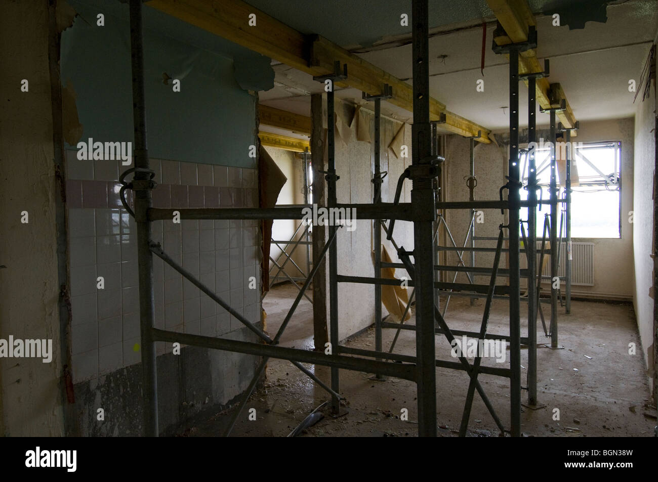 Shoring of a floor of a building in deconstruction to deposit mini demolition machines above. - Stock Image