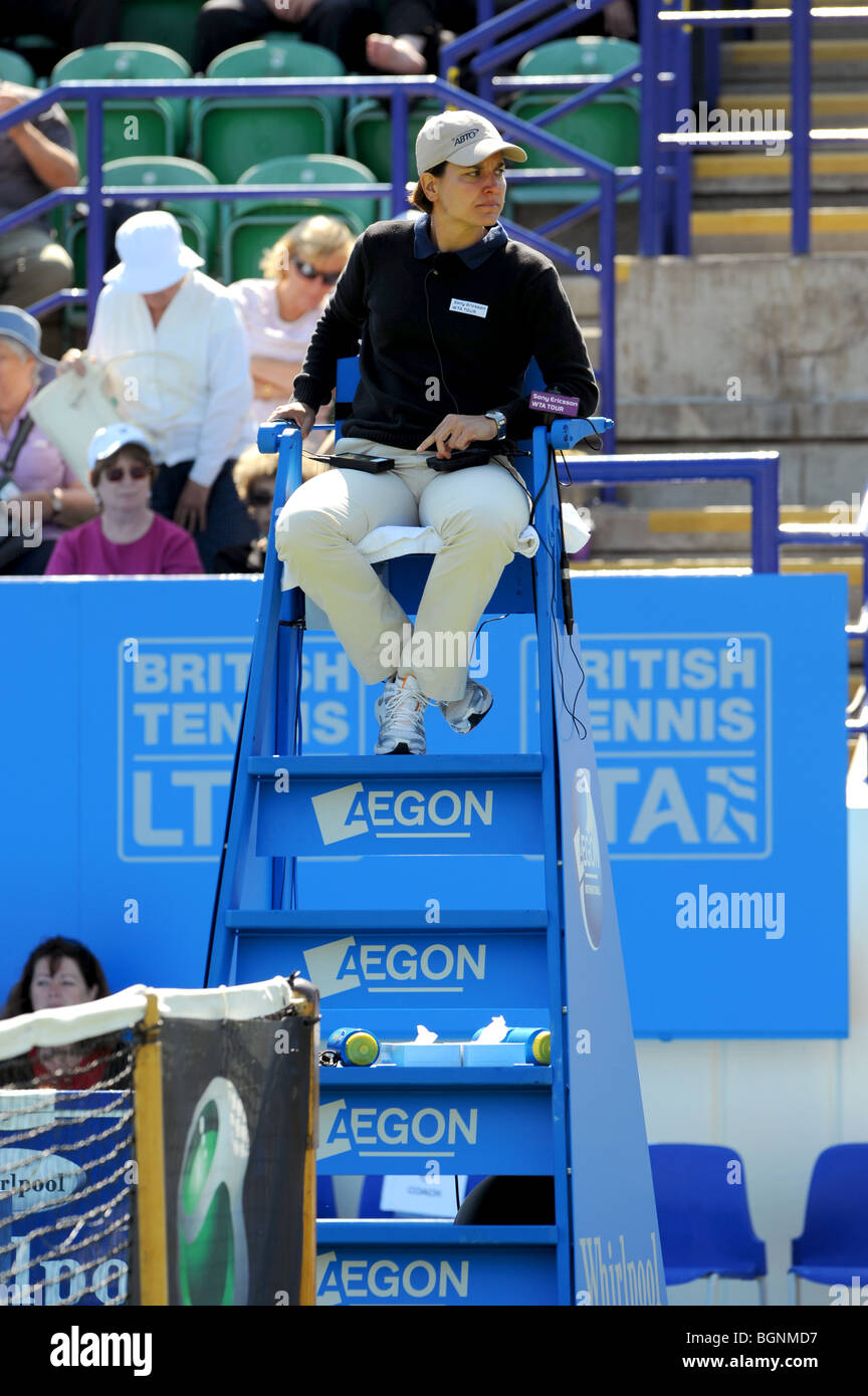 Female tennis umpire watches a match during the Aegon International 2009 Tennis Championships at Devonshire Park - Stock Image