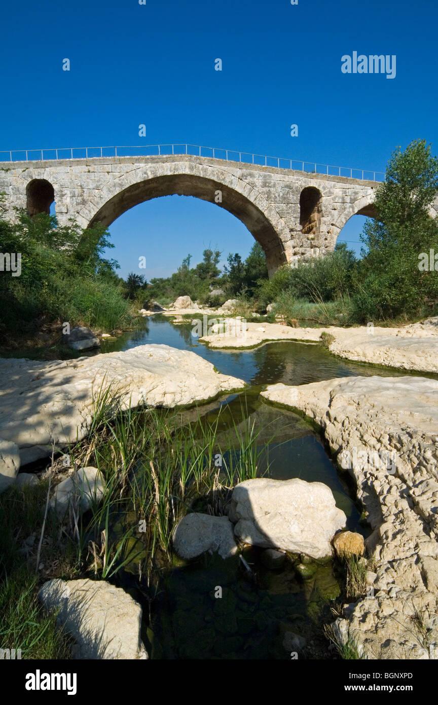 The Pont Julien / Julian Bridge, a Roman stone arch bridge over the Calavon river, Bonnieux, Vaucluse, Provence, - Stock Image