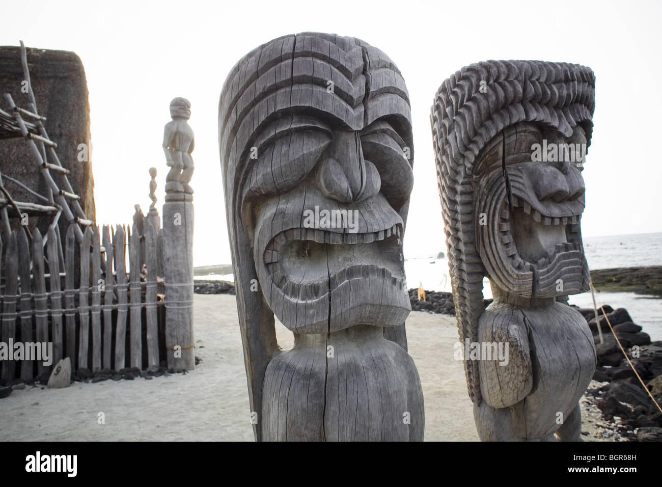 Tiki statues with big expressions at the Pu`uhonua o Honaunau (place of refuge) on the Big Island in Hawaii - Stock Image