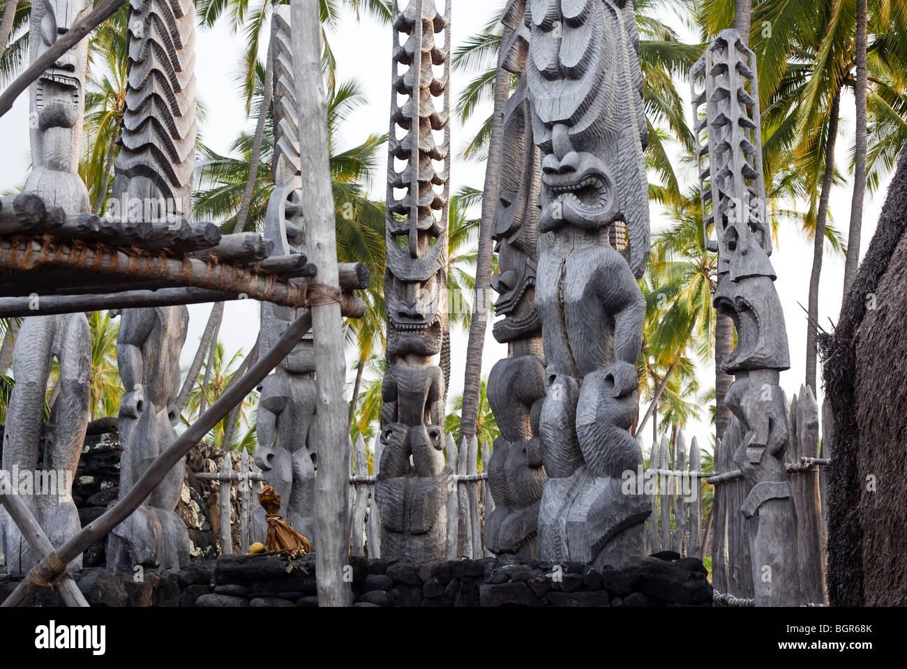 Tiki statues at the Pu`uhonua o Honaunau (place of refuge) on the Big Island in Hawaii - Stock Image