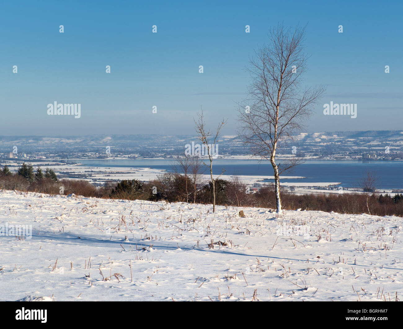 RIVER SEVERN FROM TIDENHAM CHASE IN SNOW WITH THORNBURY ATOMIC/NUCLEAR POWER STATION - Stock Image