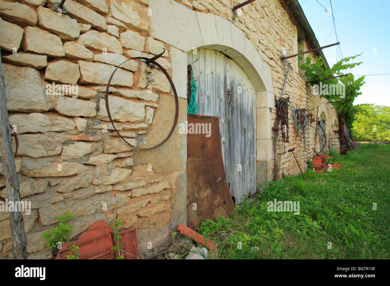 Traditional Quercy farm barn. On the Causse de Gramat, Lot region, France. - Stock Image