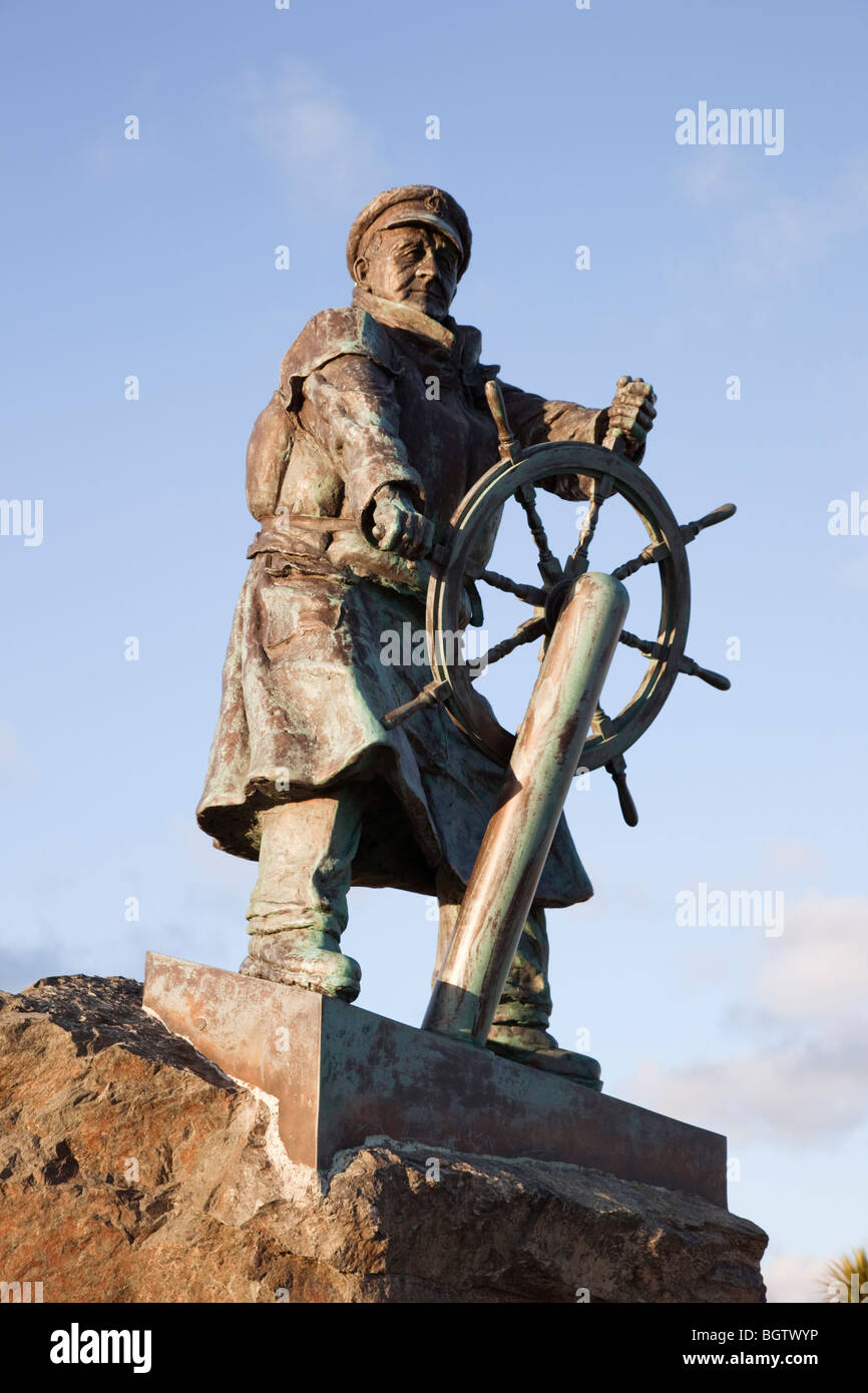 Moelfre, Anglesey, North Wales, UK. Statue of Coxswain Richard (Dic) Evans outside Moelfre RNLI Seawatch Centre - Stock Image
