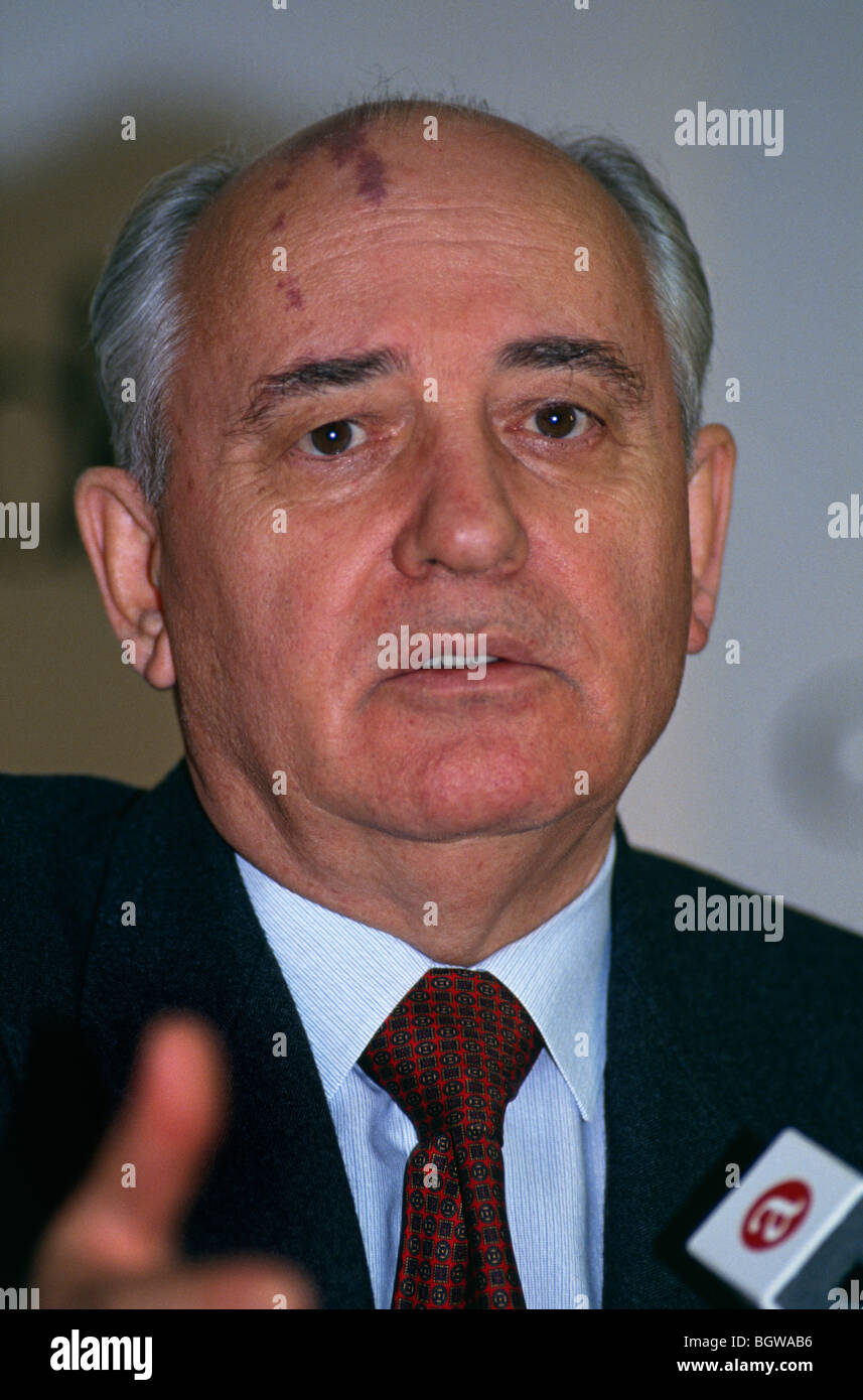 Mikhail Gorbachev, of Russia, speaking at a press conference in Aberdeen on the occasion of receiving the Freedom - Stock Image