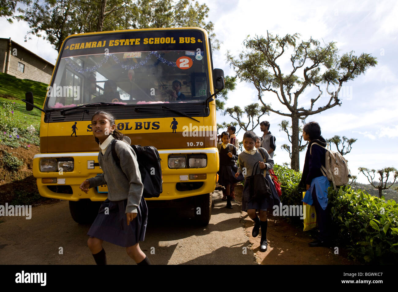 Indian children arriving at school on the school bus - Stock Image