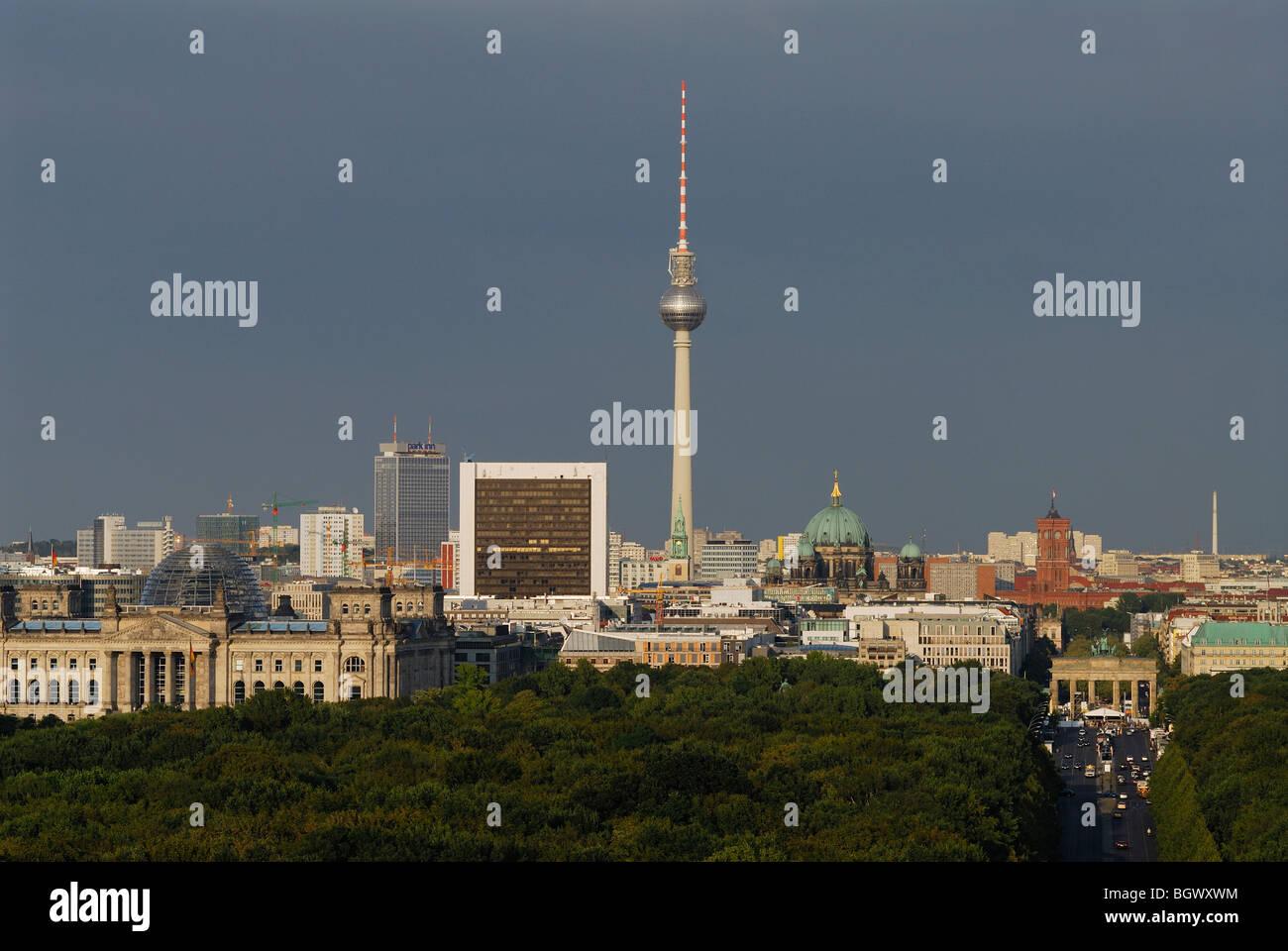 Berlin. Germany. View across the Tiergarten towards the Brandenburg Gate & Mitte. - Stock Image