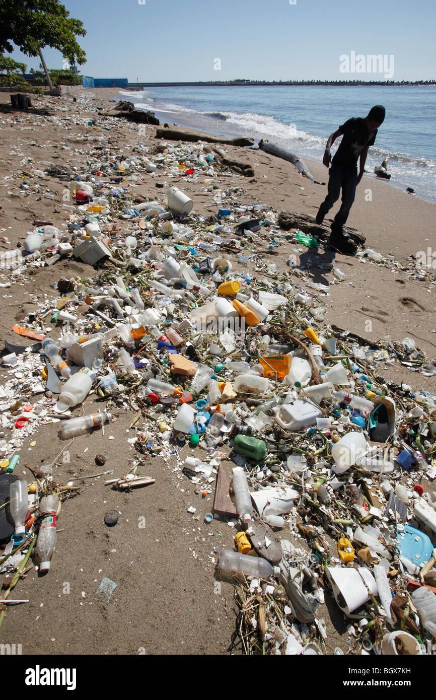 Plastic trash strewn beach, Santo Domingo, Dominican Republic - Stock Image
