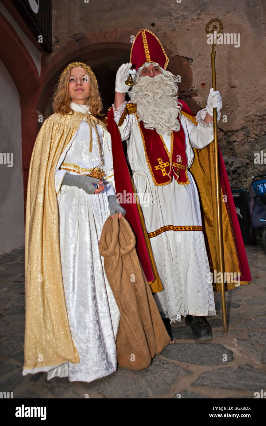 Costumed man and women entertaining guests at the medieval markets on the grounds of Burg Ronneburg (Burgmuseum), - Stock Image