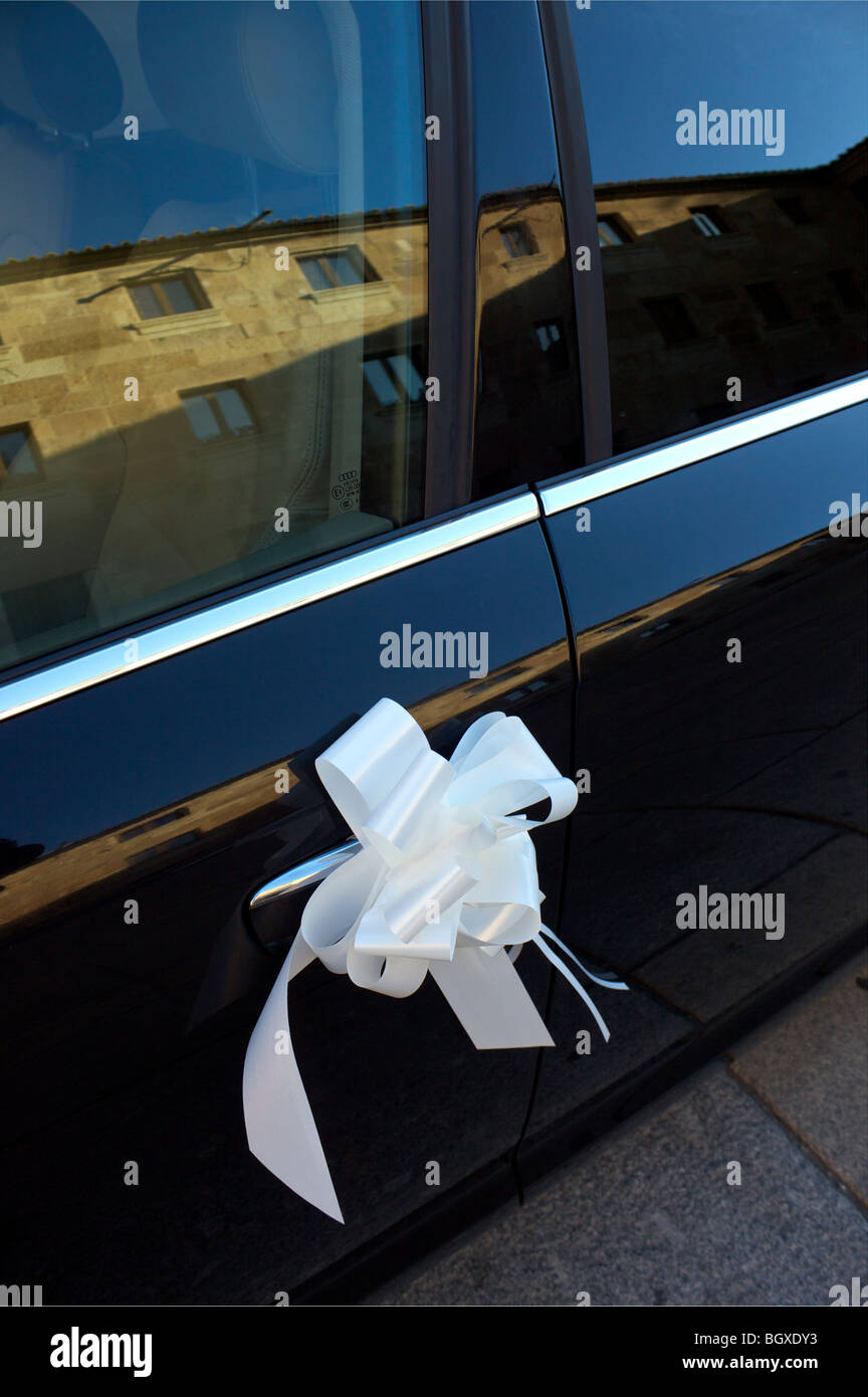Close up of decorated Wedding car with ribbon - Stock Image