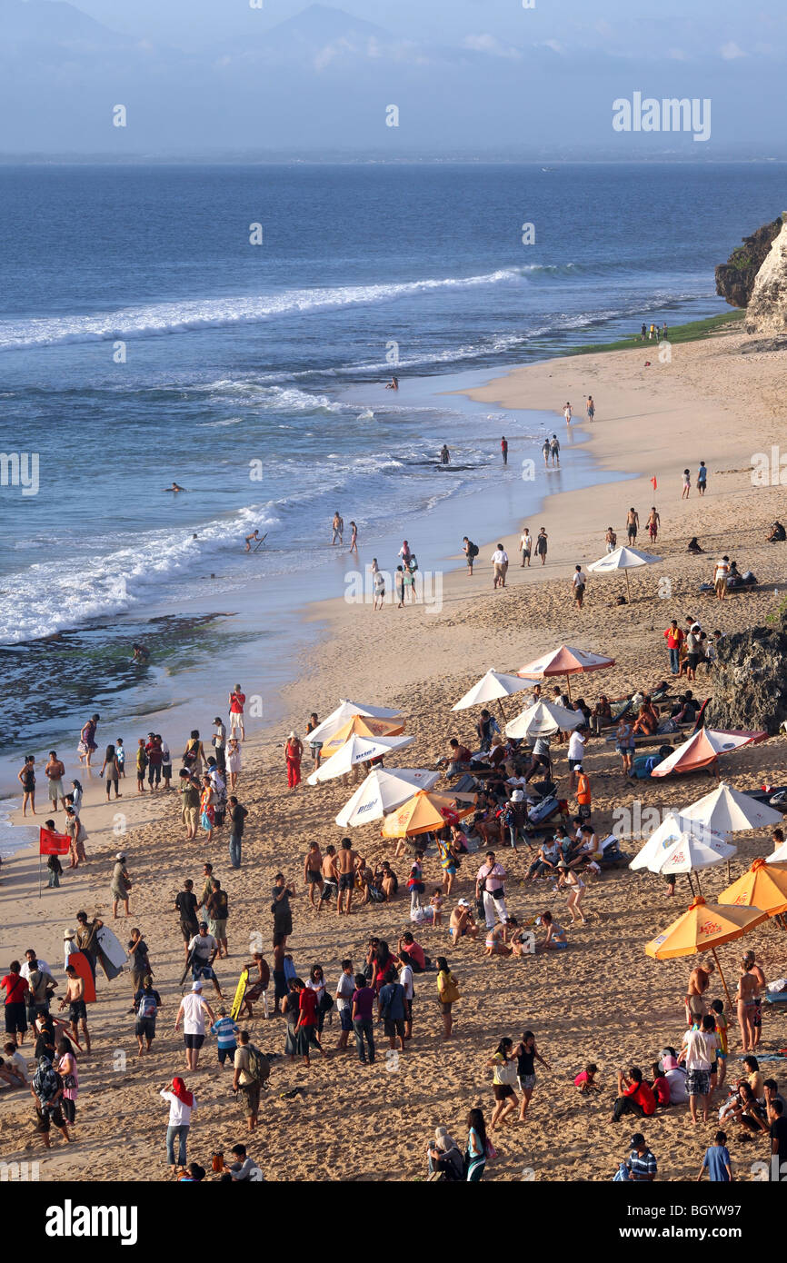Afternoon crowds on the popular Dreamland Beach. Bukit Peninsula, Bali, Indonesia, Southeast Asia, Asia - Stock Image