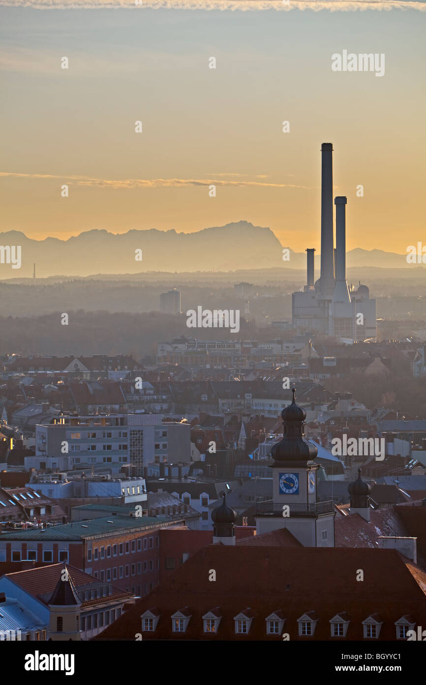 Power plant in the City of München (Munich) with the Bavarian Alps in the background, Bavaria, Germany, Europe. - Stock Image
