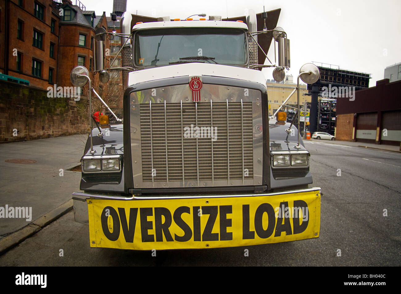 Truck carrying oversize load,  a sculpture by the artist Richard Serra, in New York - Stock Image