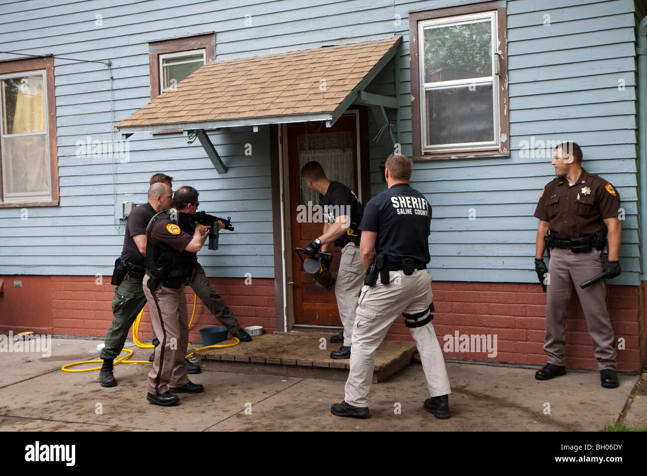 Sheriff's Office deputies serving drug related search warrant. - Stock Image