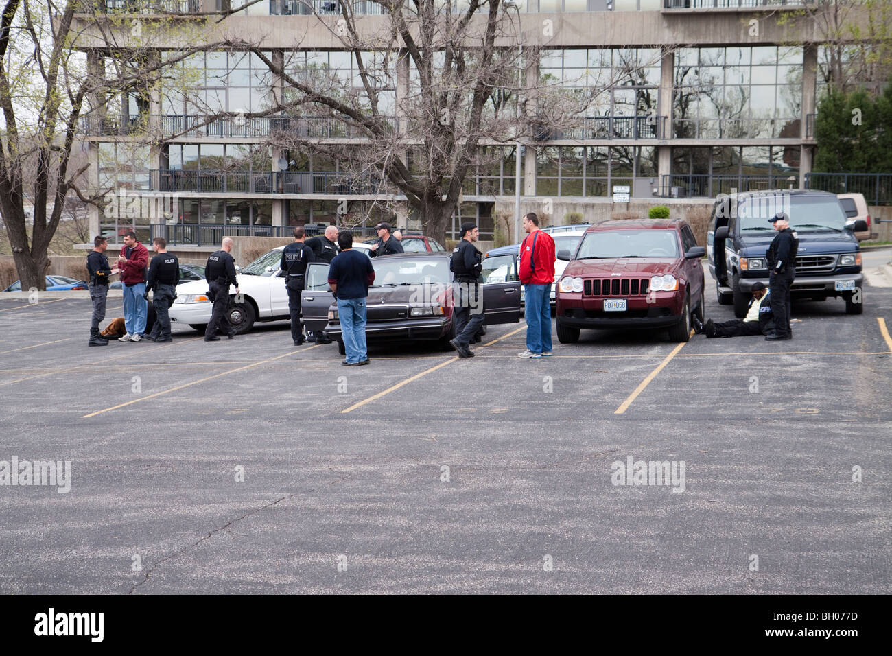 Police officers talking after arresting suspected drug dealers. Kansas City, MO, Police. - Stock Image