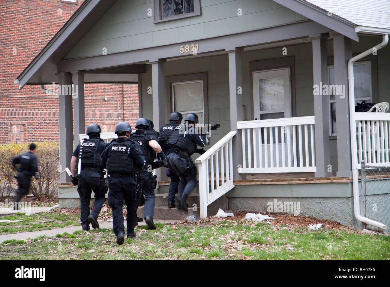 1920 Squad, tactical, of the Street Narcotics Unit serves a high-risk narcotics related search warrant. Kansas City, - Stock Image