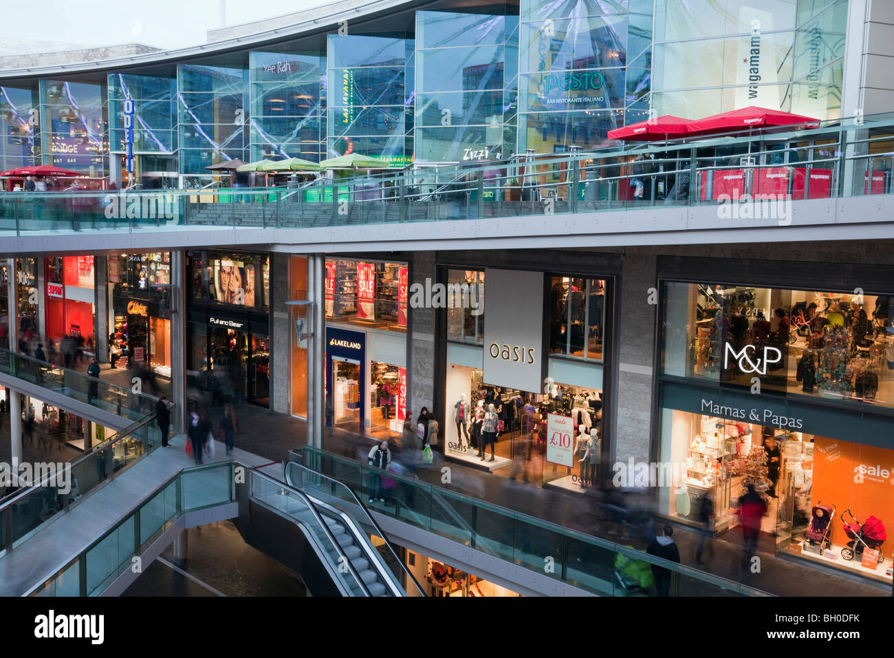 Liverpool, Merseyside, England, UK, Europe. Shops and cafes in Liverpool One shopping centre - Stock Image