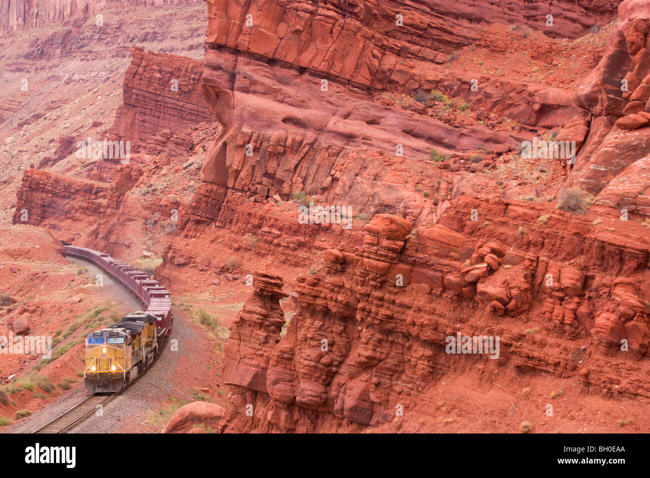 A train hauling uranium tailings as part of the UMTRA project leaves Moab, Utah. - Stock Image