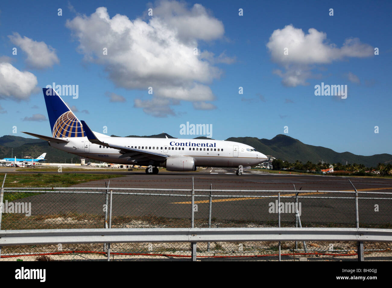 Continental Airlines 737 approaching runway for take-off - Stock Image