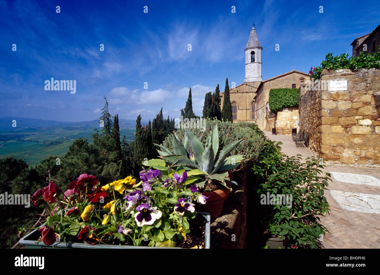 View at a church in the sunlight, Via dell´Amore, Pienza, Val d´Orcia, Tuscany, Italy, Europe - Stock Image