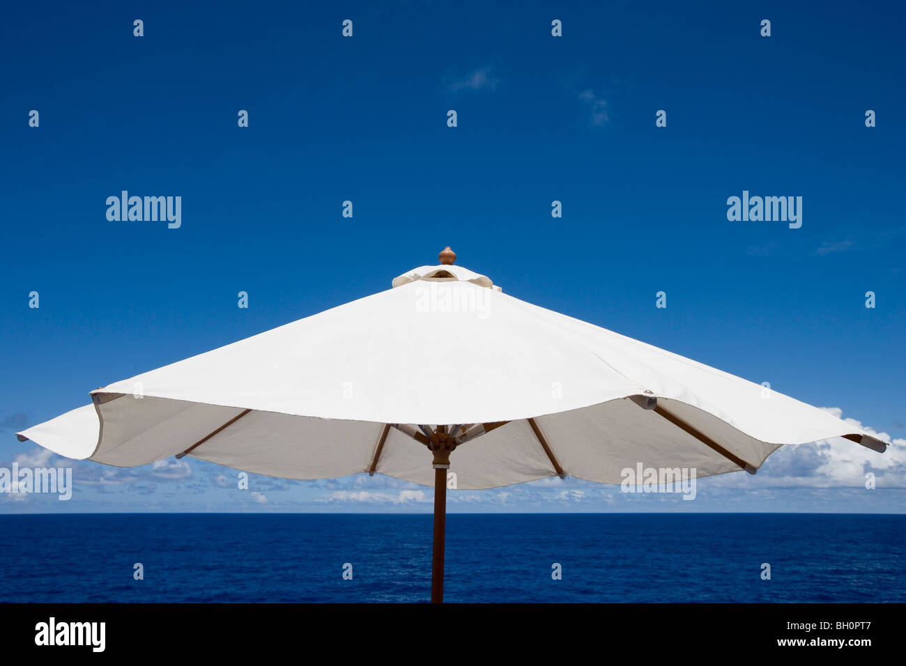 Sunshade in front of ocean and blue sky, South Pacific, Oceania - Stock Image