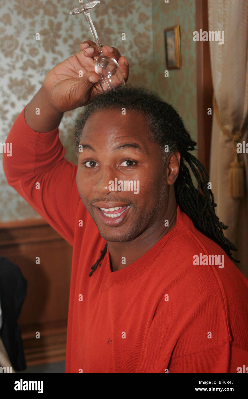 Absolute World Heavyweight Boxing Champion Lennox Lewis shows tradition of respect - Stock Image