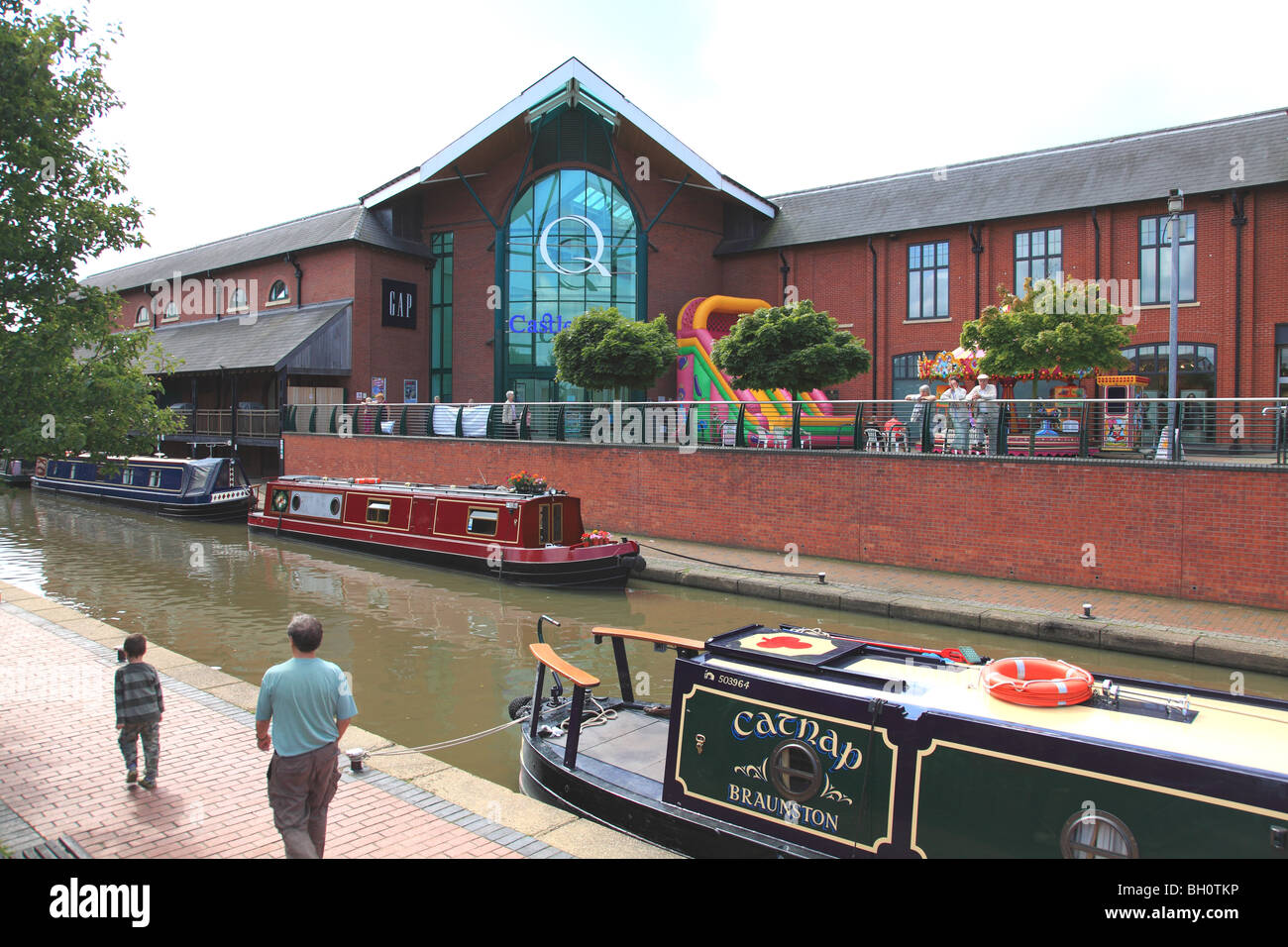 The Oxford Canal and the Castle Quay shopping centre in Banbury, Oxfordshire - Stock Image