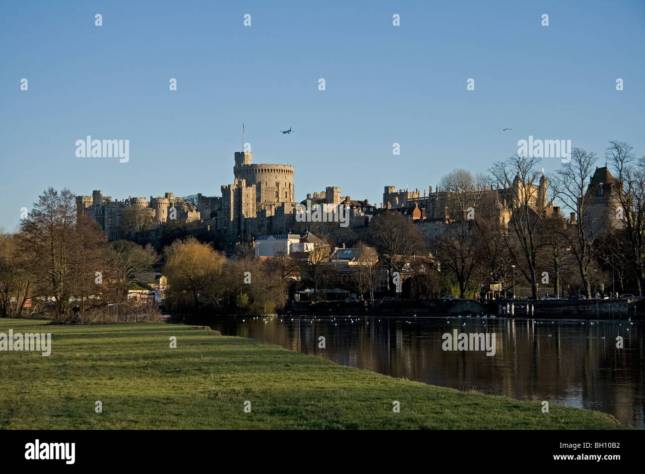 Windsor Castle with aircraft flying over on flight path to Heathrow - Stock Image