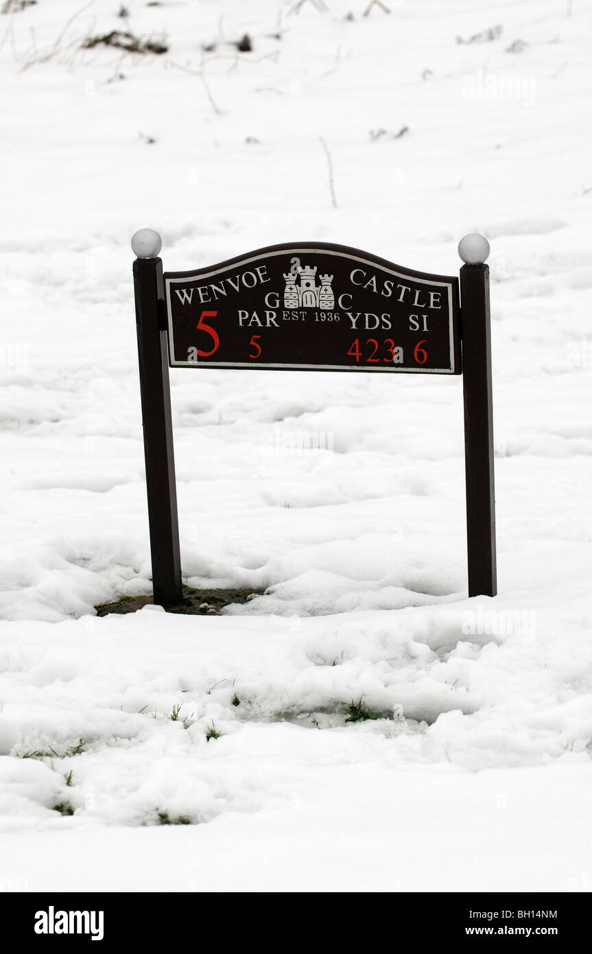 Par 5 marker post in snow on the Wenvoe Castle Golf Course South Wales UK - Stock Image