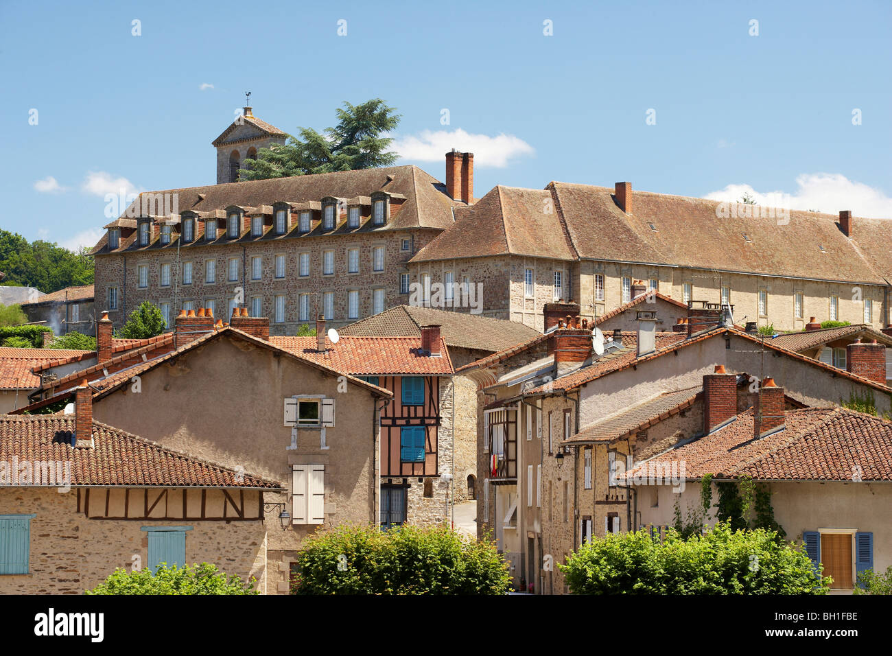 Église abbatiale Saint Pierre Abbey church Saint Paul with Romanesque bridge over the Briance, Solignac, The - Stock Image
