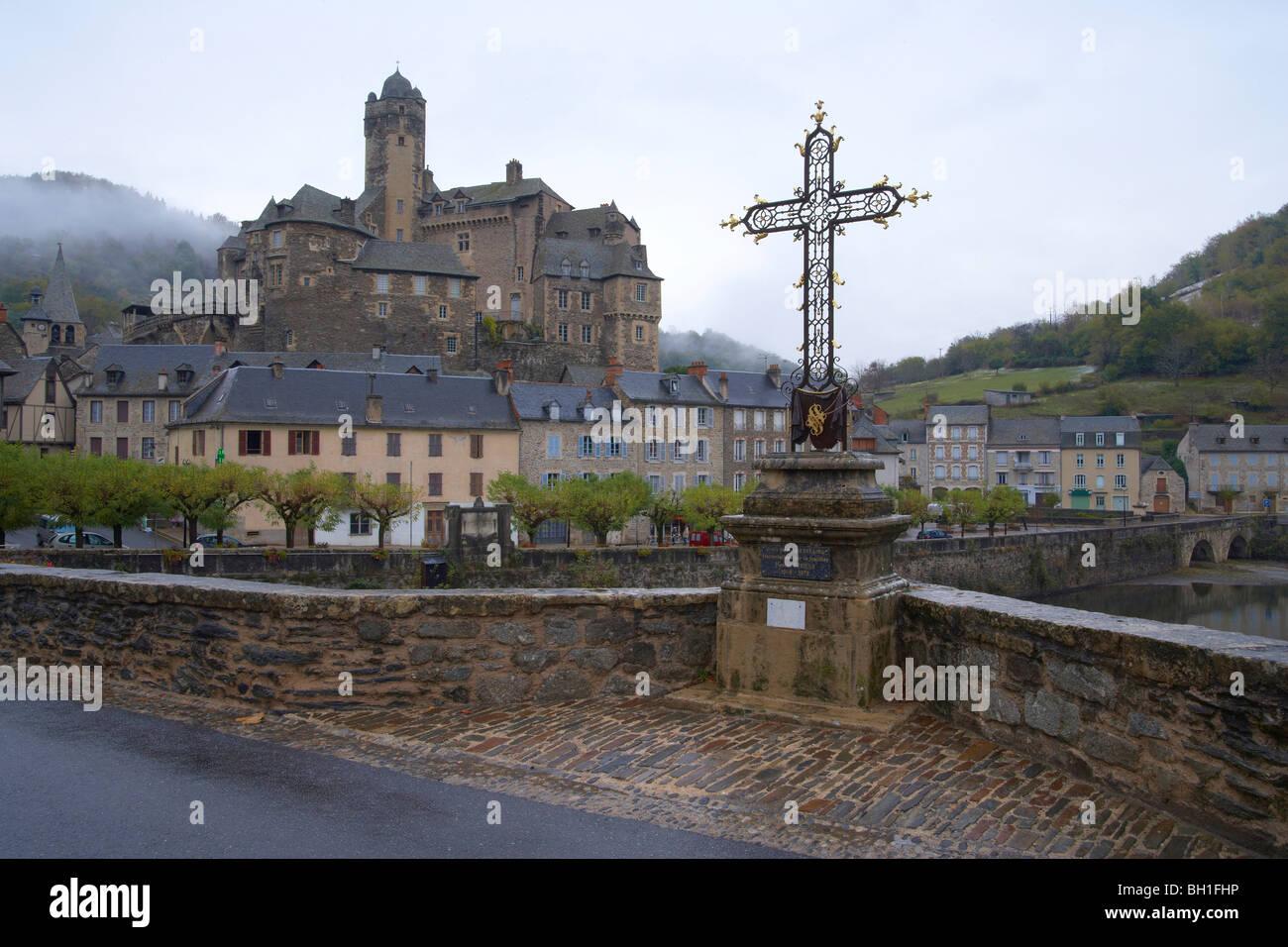 Castle and bridge over the river Lot, Autumn fog, The Way of St. James, Chemins de Saint Jacques, Via Podiensis, - Stock Image