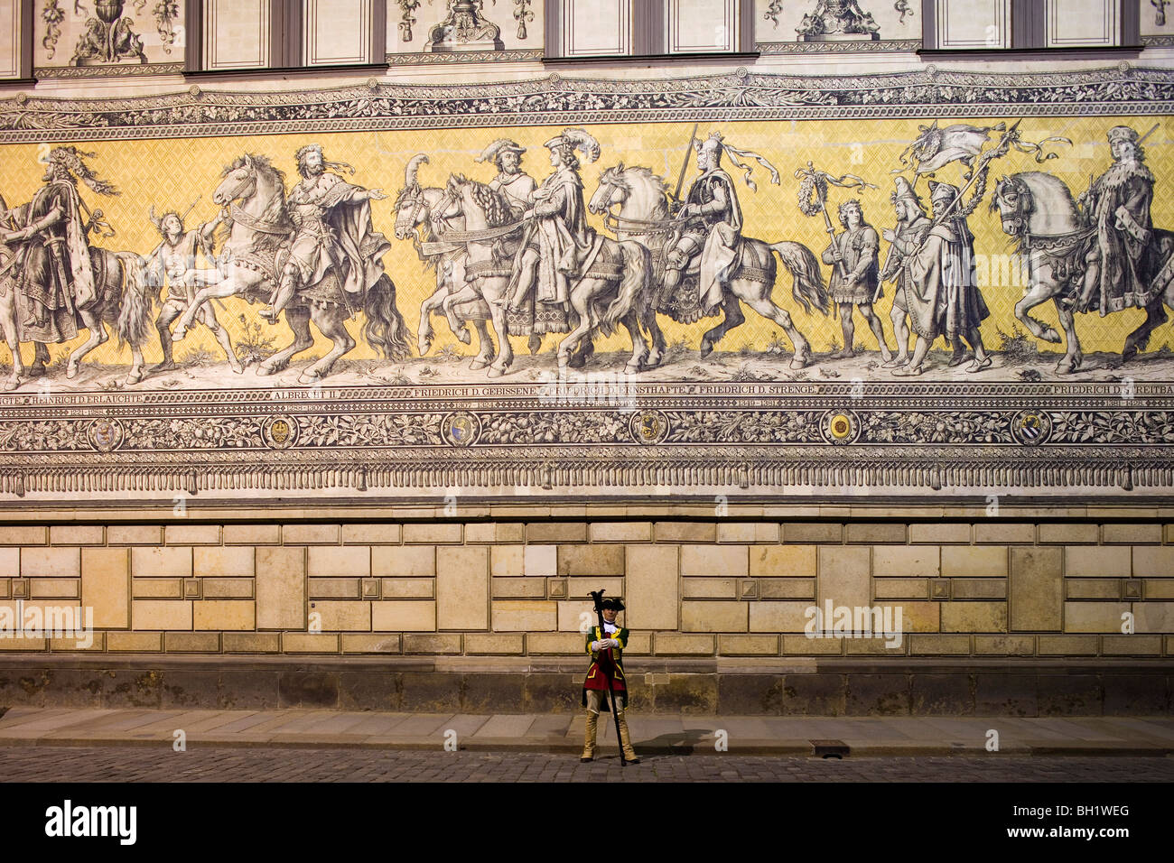 Soldier in front of the Fuerstenzug, depicting a cavalcade and made of 25.000 Meissen porcelain tiles, Dresden, - Stock Image