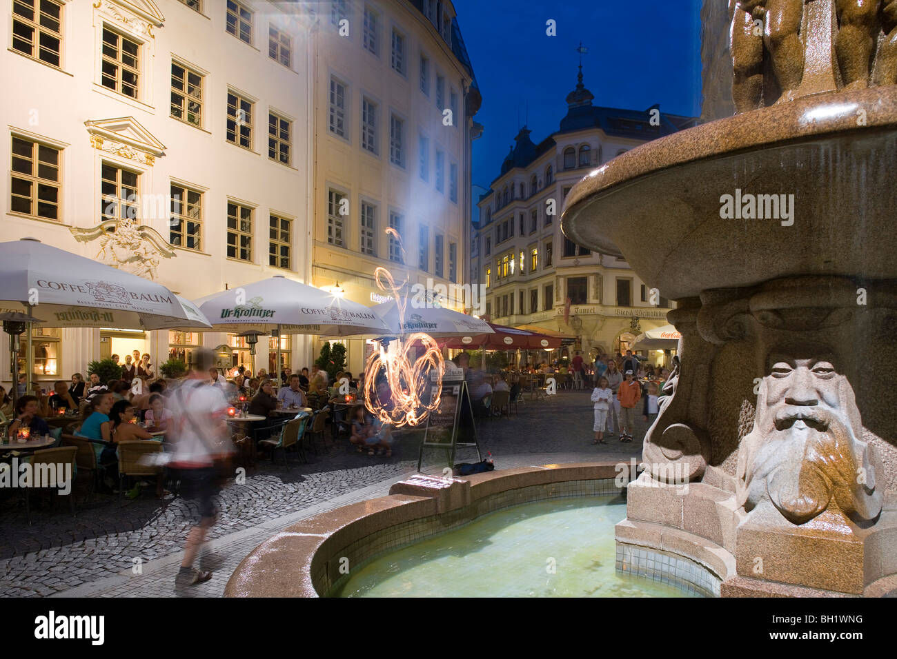 Fountain and people at Cafe Baum in the evening, Drallewatsch, Fleischergasse, Leipzig, Saxony, Germany, Europe - Stock Image