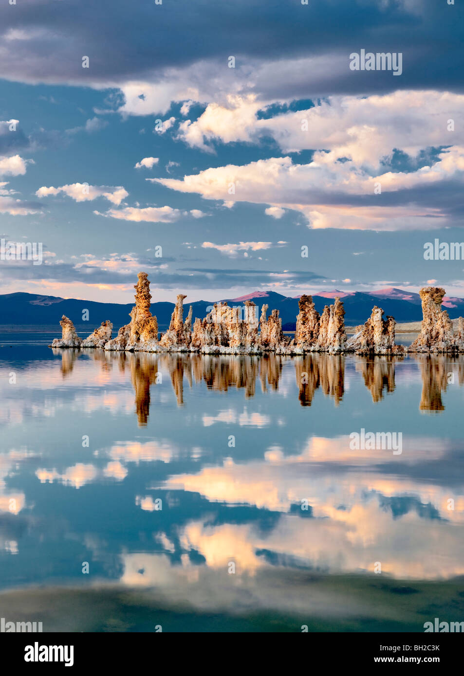 Tufa and cloud reflections in Mono Lake, California - Stock Image