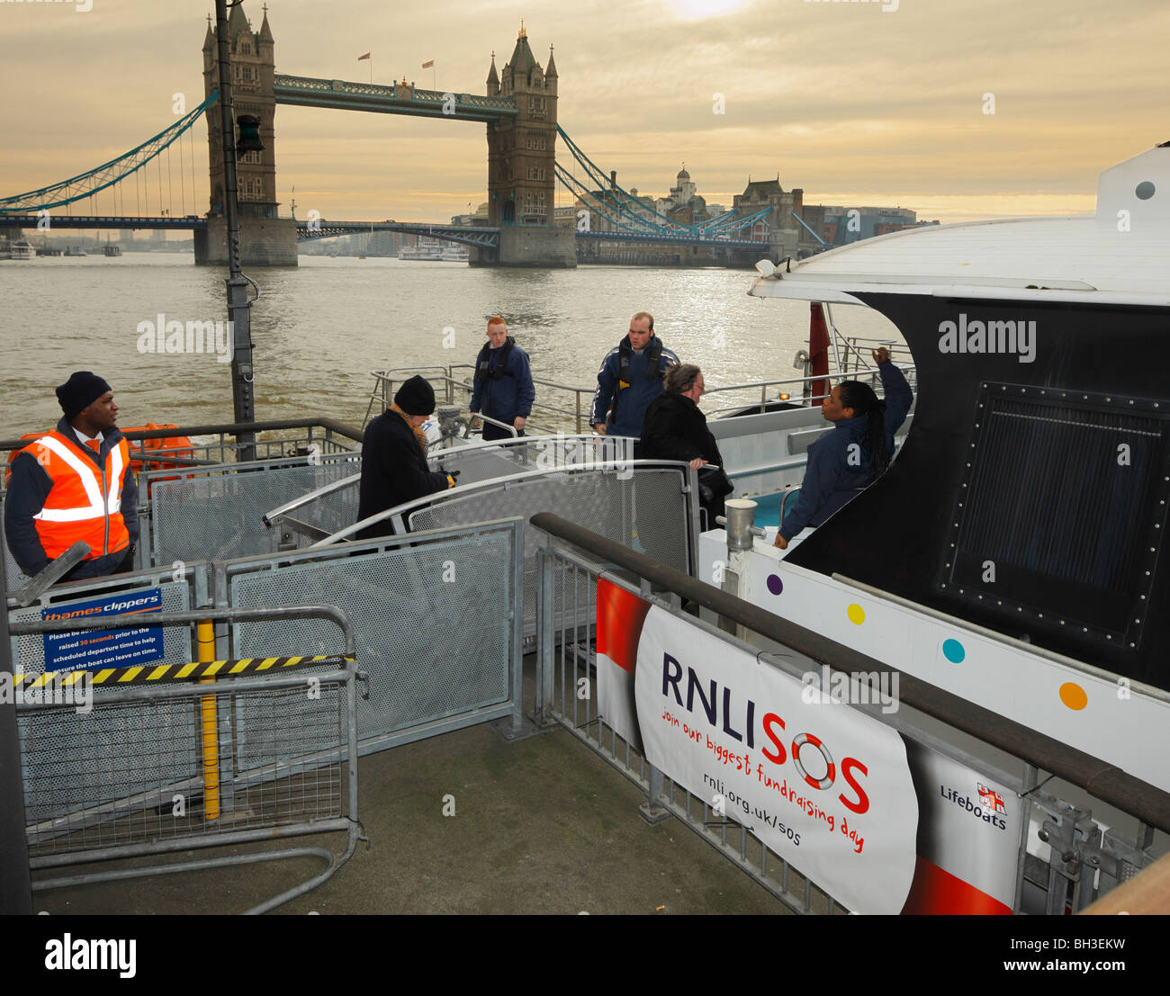 Passengers boarding the Thames Clipper ferry at Tower Bridge. - Stock Image