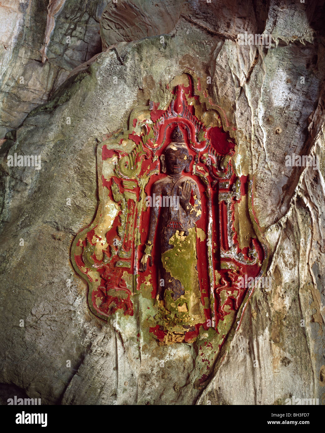 rock  carving of a buddhistic images in Yathaypyan Cave Buddhistisches Felsbild in der Yathaypyan Höhle Myanmar - Stock Image