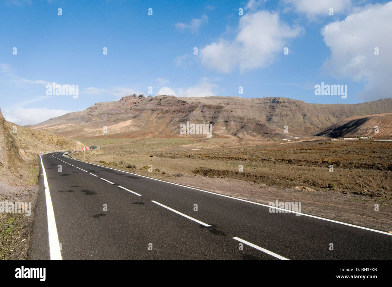 endless road roads mountain long drive drives white lines line mountains desert deserted deserts arid dry journey - Stock Image